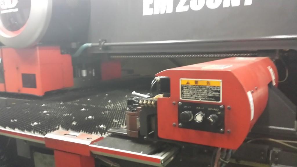 鉄に穴を開ける機械!