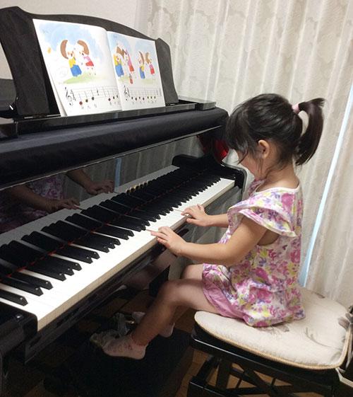 ちょっとだけ一人で弾いてみるグランドピアノ